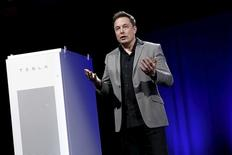 Tesla Motors CEO Elon Musk reveals a Tesla Energy battery for businesses and utility companies during an event in Hawthorne, California in this April 30, 2015, file photo.    REUTERS/Patrick T. Fallon/Files