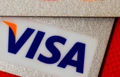 Visa, le premier réseau mondial de paiements, a révélé jeudi détenir une participation de 9,99% dans Square, le spécialiste des paiements sur mobiles récemment introduit en Bourse. /Photo d'archives/REUTERS/Bobby Yip