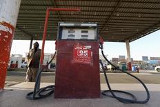 Автозаправочная станция в  Саудовской Аравии, недалеко от границы с Катаром. Цены на нефть выросли на 5 процентов с начала торгов благодаря словам министра энергетики ОАЭ, которые снова вызвали на рынке надежду на снижение добычи. REUTERS/Hamad I Mohammed