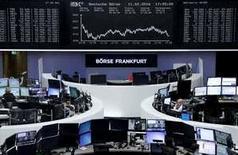 Operadores trabajando en la Bolsa de Fráncfort, Alemania, 11 de febrero de 2016. Las bolsas europeas subían el viernes, recuperándose de las fuertes pérdidas de la sesión anterior en momentos en que los resultados alentadores de Commerzbank y un rebote en los precios del petróleo ayudaban a las acciones de los bancos y los valores ligados a las materias primas. REUTERS/Staff/Remote