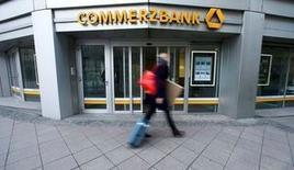 """Un peatón camina junto a una sucursal de Commerzbank en Fráncfort, Alemania. 12 de febrero de 2016. Commerzbank volvió a reportar ganancias en el cuarto trimestre luego de que cayeron las provisiones por morosidad, lo que le permitió anotar un hito en una reestructuración de seis años con el anuncio de que cerrará su """"banco malo"""" que comprende activos no esenciales. REUTERS/Ralph Orlowski"""