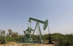 Станок-качалка компании ONGC на нефтяном месторождении вблизи Ахмедабада. 10 февраля 2016 года. Цены на нефть растут благодаря словам министра энергетики ОАЭ, которые снова вызвали на рынке надежду на снижение добычи, но снизятся за неделю из-за избытка нефти на мировом рынке. REUTERS/Amit Dave