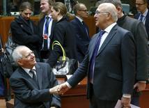 Le ministre allemand des Finances, Wolfgang Schäuble (à gauche), et son homologue français, Michel Sapin. Les mesures européennes de lutte contre l'évasion fiscale des multinationales ne devraient pas aller au-delà des décisions prises au niveau international, ont dit vendredi les ministres des Finances de l'Union européenne, qui remettent ainsi en cause certaines propositions avancées par la Commission. /Photo prise le 12 février 2016/REUTERS/Yves Herman