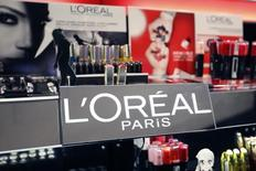 Concurrencés par le succès des marques locales, les produits grand public de L'Oréal, logés dans la division phare du géant des cosmétiques, ont nettement sous-performé leur marché en 2015 pour la deuxième année consécutive. /Photo prise le 20 avril 2015/REUTERS/Charles Platiau