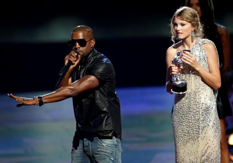 Kanye West (L) interrupts the acceptance speech from best female video winner Taylor Swift (R) at the 2009 MTV Video Music Awards in New York, September 13, 2009.  REUTERS/Gary Hershorn