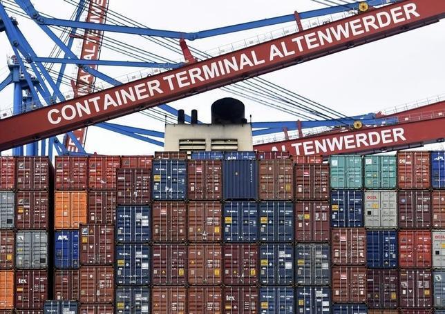 2月12日、2015年第4・四半期のユーロ圏GDP速報値は前期比0.3%増えた。写真はドイツのハンブルク港で3日撮影(2016年 ロイター/Fabian Bimmer)