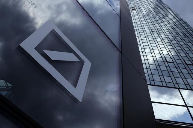 2月12日、ドイツ銀行が投資家に対して、絶対断るべきであるような提案をしている。写真は同行のロゴ。フランクフルトで昨年6月撮影(2016年 ロイター/Ralph Orlowski)