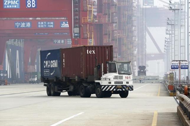 2月15日、中国税関総署が公表したデータによると、1月のドル建輸出は前年同月比11.2%減、輸入は18.8%減少で、ともにロイターがまとめた予想を大きく下回った。写真は浙江省寧波の港湾で昨年1月撮影(2016年 ロイター/William Hong)