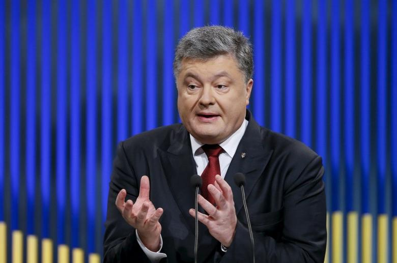 Ukrainian President Petro Poroshenko gestures during a news conference in Kiev, Ukraine, January 14, 2016. REUTERS/Gleb Garanich