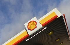 El logo de Shell en una de sus gasolineras en Londres, 29 de enero de 2015. Royal Dutch Shell, la mayor compañía petrolera de Europa, considera que sus inversiones en los yacimientos de aguas profundas subsal de Brasil seguirán siendo robustas, dijo el lunes el presidente ejecutivo del grupo, Ben van Beurden, durante una visita a Río de Janeiro. REUTERS/Toby Melville