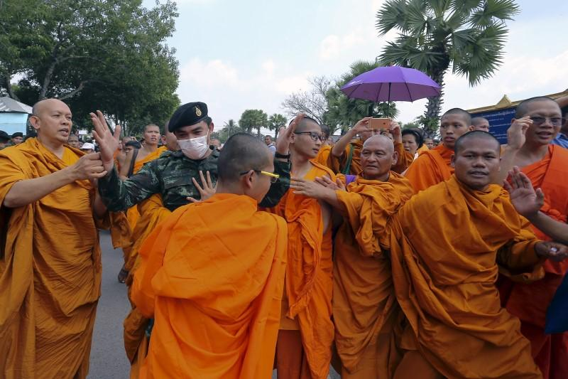 Buddhist Monks Scuffle With Troops In Thailand Over Leadership Protest - Thailand religion