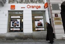 Orange Polska pense subir des pressions sur son chiffre d'affaires cette année et le premier opérateur télécoms polonais a dit lundi qu'il comptait se battre pour sa part de marché après qu'une charge exceptionnelle l'eut amené à dégager un résultat inférieur au consensus au quatrième trimestre (perte nette de 35 millions d'euros). /Photo d'archives/REUTERS/Peter Andrews