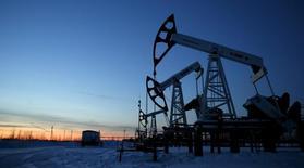 Насосы-качалки на нефтяном месторождении Имилорское, принадлежащем Лукойлу. Цены на нефть поднялись до недельного максимума, так как инвесторы вновь надеются на снижение добычи, узнав о встрече министров нескольких стран-производителей нефти. REUTERS/Sergei Karpukhin