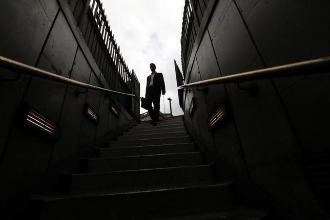 2月14日、職の不安定化、仕事量の増加、規制改革、銀行セクターに対する世間の悪いイメージ──。こうしたことが、英国の銀行に勤めるバンカーの心の健康を損なっている。英ロンドン地下鉄のバンク駅で2010年7月撮影(2016年 ロイター/Andrew Winning)