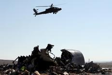 Египетский военный вертолет пролетает над обломками российского A312, рухнувшего в Синае. 1 ноября 2015 года. Российские спецслужбы не видят турецкого следа в катастрофе российского лайнера A321 над Синайским полуостровом 31 октября, сказал глава Федеральной службы безопасности РФ во вторник. REUTERS/Mohamed Abd El Ghany
