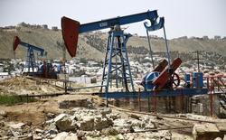 Нефтяные станки-качалки в Баку. 16 июня 2015 года. Азербайджан не рассматривает возможность заморозки производства нефти на январских уровнях, о которой договорились участники встречи нефтедобывающих стран в Дохе. REUTERS/Kai Pfaffenbach