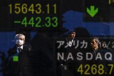 Personas se reflejan en una pantalla que muestra los índices de varios mercados, afuera de una correduría en Tokio, Japón, 10 de febrero de 2016. Las bolsas de Asia extendía sus ganancias el martes luego de que la combinación de una estabilización en los mercados chinos, un rebote en los precios del petróleo y unos datos sólidos de consumo en Estados Unidos llevaron a los inversores a buscar ofertas tras las caídas de la semana pasada. REUTERS/Thomas Peter