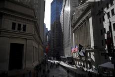 La Bourse de New York a ouvert en hausse, prolongeant son rebond de vendredi sur fond de stabilisation des cours du pétrole dans l'espoir d'un accord entre producteurs pour soutenir les prix. L'indice Dow Jones gagne 0,86% peu après l'ouverture, le Standard & Poor's 500 progresse de 0,91% et le Nasdaq Composite prend 1,38%. /Photo prise le 20 janvier 2016/REUTERS/Mike Segar