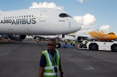 Répétition titre.  Un Airbus A350 XWB et un Boeing 787 Dreamliner aux couleurs de la compagnie Scoot, lors du salon aéronautique de Singapour. Selon Airbus et Boeing, le marché de l'aviation commerciale se porte toujours bien malgré les signes de ralentissement de l'économie mondiale et les compagnies ont encore les moyens de passer des commandes et de prendre livraison de nouveaux appareils. /Photo prise le 16 février 2016/REUTERS/Edgar Su