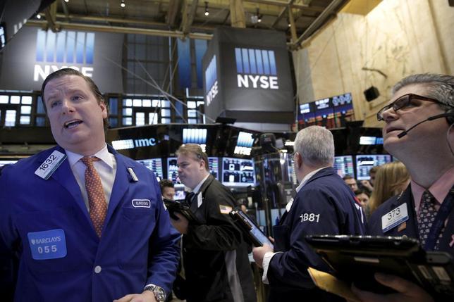 2月16日、米国株式市場は続伸。このところ軟調だった一般消費財株や工業株、ハイテク株が買われた。ニューヨーク証券取引所で12日撮影(2016年 ロイター/Brendan McDermid)