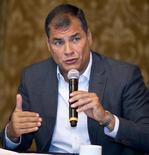"""El presidente de Ecuador, Rafael Correa, dijo el martes que """"prácticamente"""" existe un consenso entre los miembros de la Organización de Países Exportadores de Petróleo (OPEP) para aceptar el acuerdo entre Rusia y Arabia Saudí para congelar el bombeo de crudo y apuntalar los precios del hidrocarburo. En la imagen de archivo, Correa en una ceremonia en el palacio de Gobierno en Quito. REUTERS/Guillermo Granja"""