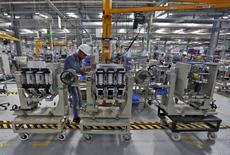 Usine de Schneider Electric près de Vadodara dans l'Etat du Gujarat en Inde. Le spécialiste des équipements électriques basse et moyenne tension compte poursuivre ses gains de productivité afin d'améliorer sa marge dans un environnement qui s'annonce encore difficile en 2016, année marquée aussi par un renversement des effets de changes qui deviendront très négatifs. /Photo prise le 5 novembre 2015/REUTERS/Amit Dave
