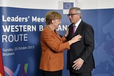 """El presidente de la Comisión Europea, Jean-Claude Juncker, dijo al diario alemán Bild que Europa está realizando progresos en atajar la crisis de inmigrantes y alabó a la canciller alemana, Angela Merkel, por atenerse a políticas """"de largo plazo"""" pese a las críticas.  En la imagen de archivo, Juncker y Merkel durante una reunión sobre la crisis de refugiados en los Balcanes en Bruselas, el 25 de octubre de 2015. REUTERS/Eric Vidal"""