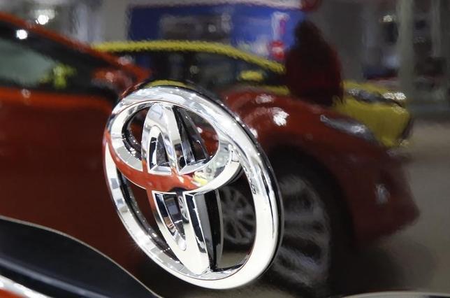 2月17日、春闘相場のけん引役となる大手自動車メーカーの各労働組合が、経営側に要求書を提出した。写真はトヨタ車のロゴ。2014年11月撮影(2016年 ロイター/Toru Hanai)