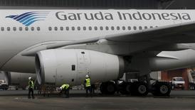 La compagnie aérienne publique indonésienne Garuda Indonesia, victime des surcapacités et de la faiblesse de la croissance économique, est aujourd'hui contrainte de restructurer sa flotte et de reporter certaines livraisons d'avions. /Photo d'archives/REUTERS/Beawiharta