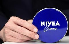 Стефан Хайденрайх, глава Beiersdorf, держит банку крема Nivea . Немецкая компания Beiersdorf прогнозирует рост базовых продаж на 3-4 процента в этом году благодаря спросу на крем, бальзам для губ и гели для душа Nivea, вследствие чего результаты ее подразделения потребительских товаров должны превысить прогнозы рынка. REUTERS/Fabian Bimmer