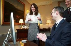 Duquesa Kate conversa com funcionários do Huffington Post UK no Palácio de Kensington, em Londres. 17/02/2016 REUTERS/Chris Jackson/pool
