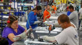 La production industrielle américaine s'est reprise de 0,9% en janvier après trois mois de baisse, un chiffre meilleur qu'attendu dû pour l'essentiel à un rebond dans l'énergie et à une solide croissance dans l'industrie manufacturière. /Photo d'archives/REUTERS/Chris Berry
