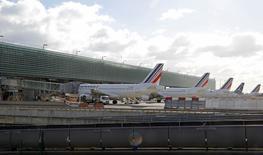 Air France annoncera la semaine prochaine un plan de départs volontaires sur 1.400 postes, pour l'essentiel parmi le personnel au sol, a-t-on appris de sources syndicales. La filiale d'Air France-KLM réunirait jeudi 25 février à partir de 9h30 un comité central d'entreprise étalé sur deux jours pour présenter son plan et commenter ses résultats annuels. /Photo prise le 15 février 2016/REUTERS/Jacky Naegelen