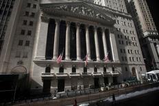 La Bourse de New York a débuté dans le vert mercredi, ouvrant la voie à une troisième séance consécutive de hausse, soutenue par le rebond du pétrole et la poursuite des achats à bon compte. Le Dow Jones prenait 0,67% dans les premiers échanges, le Standard & Poor's 500 progressant de 0,88% et le Nasdaq Composite prenant 0,99%. /Photo d'archives/REUTERS/Carlo Allegri