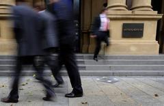 Deutsche Börse fait état de solides résultats annuels, dopés par la volatilité sur les marchés financiers, qui lui permettent de proposer un dividende supérieur aux attentes des analystes. Le chiffre d'affaires net de l'opérateur boursier allemand a progressé de 16% à 2,367 milliards d'euros, soit son meilleur niveau depuis 2008. /Photo d'archives/REUTERS/Kai Pfaffenbach