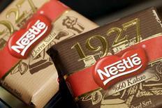 """Correction: bien lire pour """"cette année"""". Nestlé anticipe pour cette année une croissance organique conforme à celle de 2015, ressortie un peu en deçà des attentes, """"avec une adaptation des prix encore plus légère"""". La croissance organique du groupe suisse a été de 4,2% l'an passé, alors que le consensus Reuters la donnait à 4,3%. /Photo prise le 16 octobre 2015/REUTERS/Denis Balibouse"""