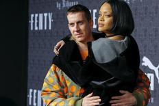 Estilista Jeremy Scott e cantora Rihanna no tapete vermelho antes de lançamento da coleção de Rihanna para a Puma, em Nova York. 12/02/2016 REUTERS/Eduardo Munoz