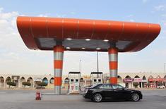 """Foto de archivo de un conductor esperando para llenar su auto con bencina en una gasolinera en Riad, Arabia Saudita. 22 de diciembre de 2015. Arabia Saudita """"no está preparada"""" para recortar su producción de petróleo, informó el jueves la agencia de noticias AFP citando al ministro de Relaciones Exteriores saudita, Adel al-Jubeir. REUTERS/Faisal Al Nasser/Files"""