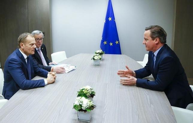 2月19日、独ZDFポリットバロメーターの世論調査によると、73%のドイツ人が、英国が欧州連合(EU)に残ることは重要だと答えたことが分かった。写真はEUのトゥスク大統領(左)、欧州委員会のユンケル委員長(中)と会談する英国のキャメロン首相。ブリュッセルで撮影(2016年 ロイター/Yves Herman)