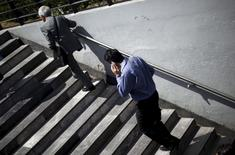 Una persona conversando por celular en Ciudad de México, oct 8, 2015. México percibirá ingresos cercanos a 45,000 millones de pesos (2,458 millones de dólares) en 15 años por la licitación de espectro para el desarrollo de servicios móviles de banda ancha, cuyo resultado se conocerá dentro de diez días hábiles, dijo el jueves el Instituto Federal de Telecomunicaciones.  REUTERS/Edgard Garrido