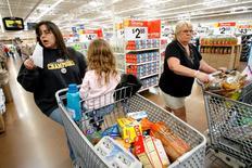 La hausse des prix à la consommation de base au mois de janvier aux Etats-Unis a été la plus forte depuis quatre ans et demi en raison notamment de l'augmentation des loyers et des frais de santé. L'indice des prix de base a augmenté en janvier de 0,3% d'un mois sur l'autre, la plus forte hausse depuis août 2011, et de 2,2% sur un an, soit sa plus forte progression depuis juin 2012. /Photo d'archives/REUTERS/Mario Anzuoni