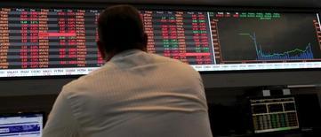 Una persona observa un panel con información bursátil en la Bolsa de Valores de Sao Paulo, sep 10, 2015. El principal índice de acciones de Brasil retrocedía el viernes a media sesión, presionado por un escenario externo negativo y a la espera de resultados corporativos.  REUTERS/Paulo Whitaker