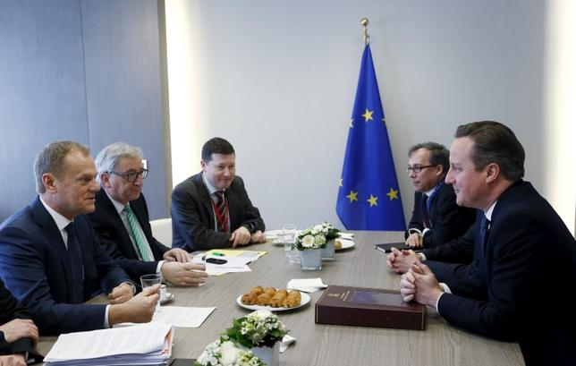 British Prime Minister David Cameron (R) attends a bilateral meeting with European Council President Donald Tusk (L) and European Commission President Jean-Claude Juncker (2nd L) during a European Union leaders summit addressing the talks about the so-called Brexit and the migrants crisis in Brussels, Belgium, February 19, 2016. REUTERS/Francois Lenoir