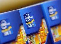 Imagen de archivo de unos procesadores de Intel en Seúl, jun 21, 2012. AT&T Inc dijo el lunes que se asociará con el fabricante de microprocesadores Intel Corp para probar la funcionalidad de drones en su red inalámbrica de alta velocidad LTE.      REUTERS/Choi Dae-woong