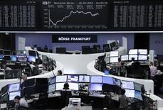 Operadores en sus estaciones de trabajo en la bolsa alemana en Fráncfort, feb 18, 2016. Las acciones europeas cerraron en alza el lunes gracias a que los avances del sector minero ayudaron a contrarrestar los temores a una potencial salida de Gran Bretaña de la Unión Europea y a una caída de HSBC.      REUTERS/Staff/Remote