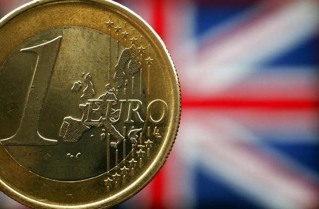 2月22日、英国のEU離脱の是非を問う国民投票が6月23日に決まったことで、オプション市場では投票前後の金融市場の動きを占う取引がいよいよ本格化した。写真は英国旗を背景にした1ユーロ硬貨。ロンドンで2003年5月撮影(2016年 ロイター/Peter MacDiarmid)