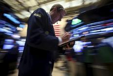 Wall Street était en légère baisse mardi en ouverture, le bref rally du pétrole et d'autres matières premières ayant fait long feu. Quelques minutes après l'ouverture, l'indice Dow Jones perdait 0,36%, le Standard & Poor's 500 cédait 0,47% et le Nasdaq Composite 0,5%. /Photo prise le 22 février 2016/REUTERS/Carlo Allegri