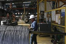 Un trabajador revisando un cable de acero en la planta de la compañía TIM en Huamantla, México, oct 11, 2013. La economía de México perdió fuerza en los últimos tres meses del año pasado al anotar su menor tasa de crecimiento desde el primer trimestre, afectada por una contracción del vital sector industrial y de las actividades primarias, mostraron el martes cifras oficiales.  REUTERS/Tomas Bravo
