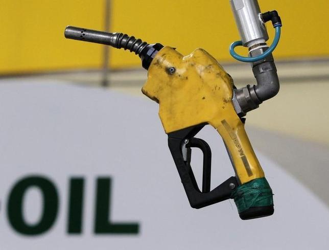 2月23日、原油先物相場が下落。写真はソウルのガソリンスタンドで2011年6月撮影(2014年 ロイター/Jo Yong-Hak)