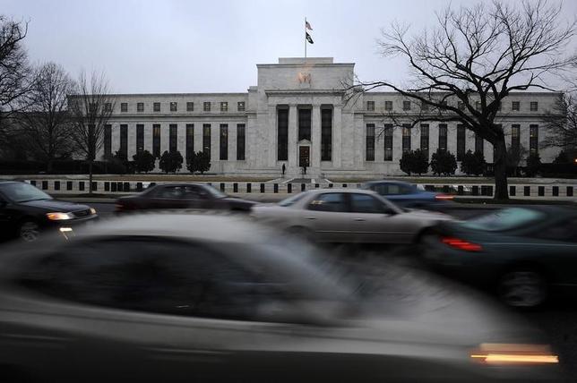2月23日、米ダラス連銀総裁は、長い期間金利を据え置く必要が生じる可能性がある、との考えを示した。写真はワシントンのFRB前で2009年3月撮影(2016年 ロイター/Jonathan Ernst)